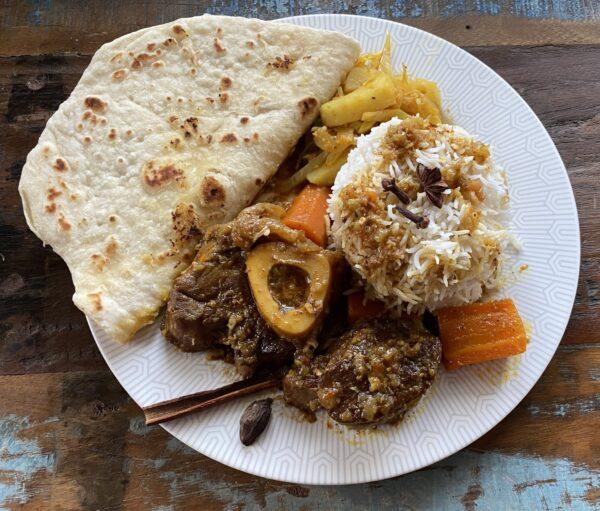 Osso buco de veau à l'indienne, riz basmati et pain naan