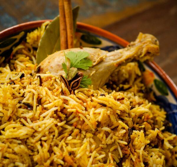 Biryani au poulet avec salade et sauces