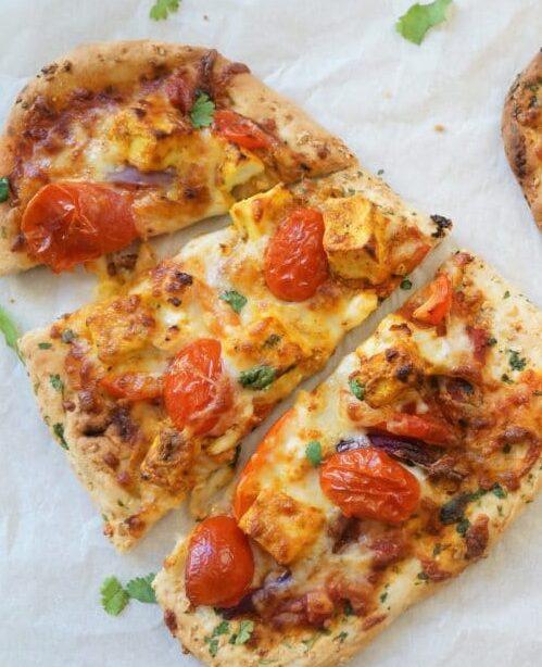 Pizza au poulet tandoori sur pain naan